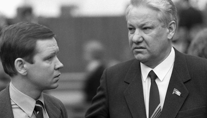 Народные депутаты СССР Борис Ельцин и Сергей Станкевич беседуют в перерыве между заседаниями II съезда народных депутатов СССР, 1989 год