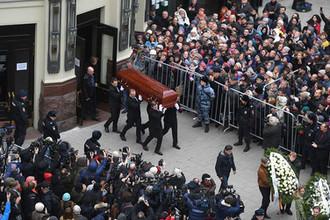 Вынос гроба с телом актера Николая Караченцова после церемонии прощания в театре «Ленком» в Москве, 29 октября 2018 года
