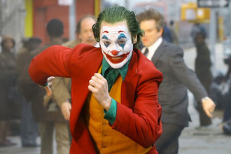 Последней на сегодня трактовкой образа адского пересмешника стала роль <b>Хоакина Феникса</b> в «Джокере» (2019 год) Тодда Филлипса. Его поразительная физиологичность и реалистичность окончательно пробили скорлупу «комикса» и заставили зрителей увидеть в Джокере уже не только набор идей и смыслов, но и живую историю одинокого человека, сломавшегося под напором лживой общественной морали.