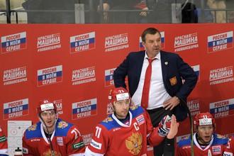 Главный тренер сборной России Олег Знарок (на втором плане) в матче Кубка Первого канала между сборными России и Канады