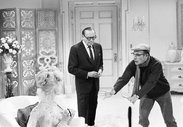 Режиссер Джин Келли с актерами на съемках фильма «Руководство для женатого мужчины», 1966 год