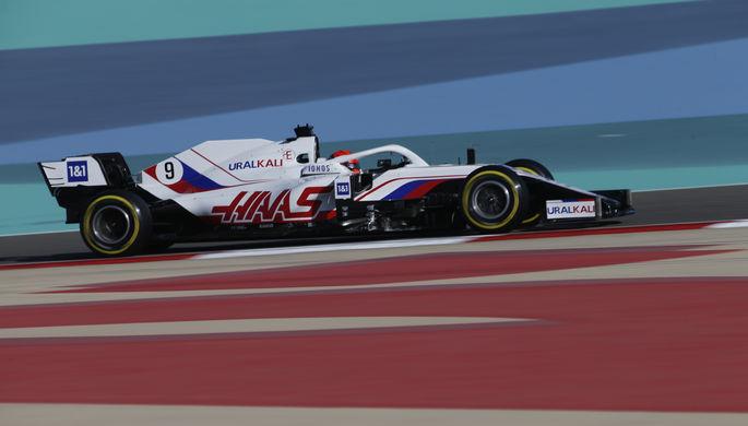 Болид команды «Формулы-1» «Хаас» в цветах российского флага
