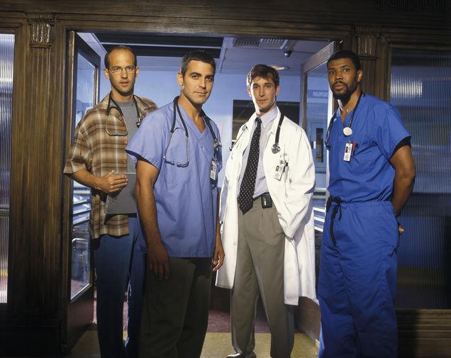 Первая же большая роль Клуни принесла ему сумасшедшую популярность. Речь про хитовую ТВ-драму NBC «Скорая помощь», где он в 1994-1999 годах играл доктора Дага Росса. В уже привычном зрителю амплуа врача он также появился в одном из эпизодов легендарного ситкома «Друзья». Кстати, именно благодаря «Скорой помощи» Клуни получил свои первые номинации на «Эмми» (дважды) и «Золотой глобус» (трижды). На фото Клуни в сериале «Скорая помощь» (1994—2000)