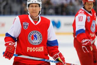 Владимир Путин и хоккеист Павел Буре во время гала-матча команд Ночной хоккейной лиги