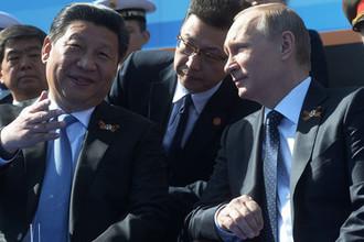 Президент Российской Федерации Владимир Путин и председатель Китайской Народной Республики Си Цзиньпин на военном параде на Красной площади, 2015 год