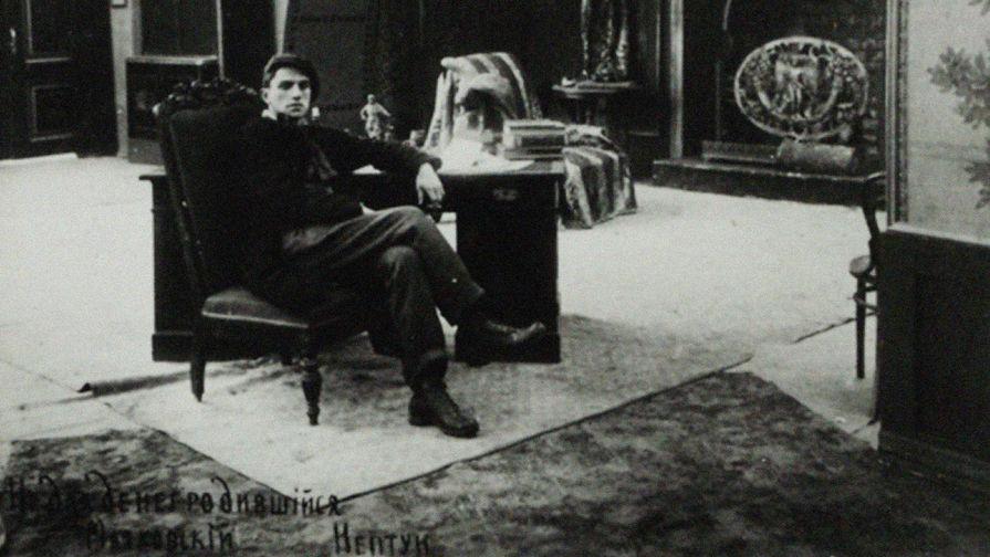 Поэт Владимир Маяковский в сцене из фильма «Не для денег родившийся» (1918)