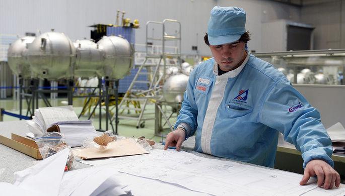 Сотрудник в цехе сборки космических аппаратов на Федеральном государственном предприятии «НПО...