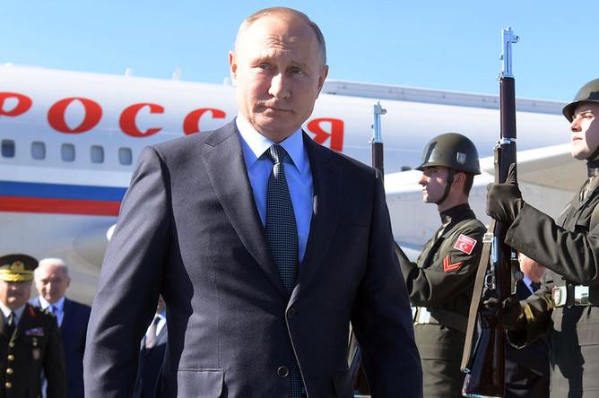 Президент РФ Владимир Путин во время церемонии встречи в аэропорту Стамбула, 27 октября 2018 года