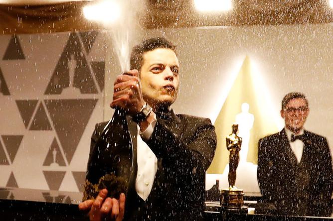 Актер Рами Малек отмечает награду в номинации «Лучшая мужская роль» на афтепати после премии «Оскар» в Лос-Анджелесе, 25 февраля 2019 года
