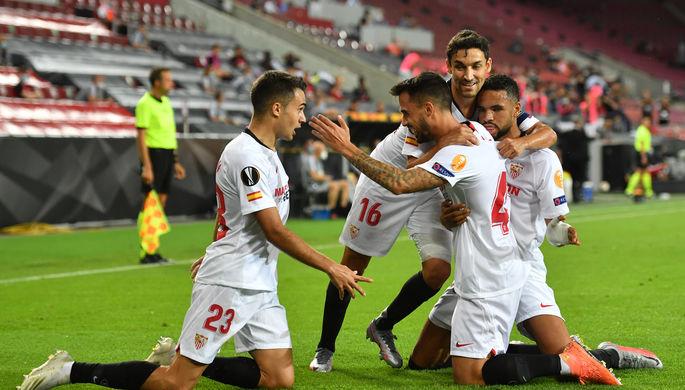 Игроки «Севильи» празднуют гол в матче Лиги Европы