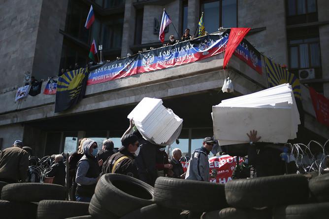 Участники протестных акций во время сооружения баррикад на Октябрьской площади у здания Донецкой областной администрации