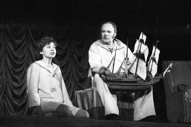 Николай Пастухов (матрос Чижик), И. Горохова (мальчик Шурка) в сцене из спектакля Театра Советской Армии «Нянька», 1987 г.