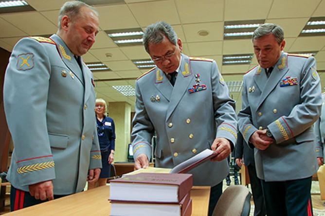 Игорь Сергун с министром обороны РФ Сергеем Шойгу и начальником Генштаба ВС Валерием Герасимовым, 2013 год