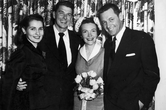 Рональд и Нэнси Рейган (в центре) в день свадьбы в 1952 году