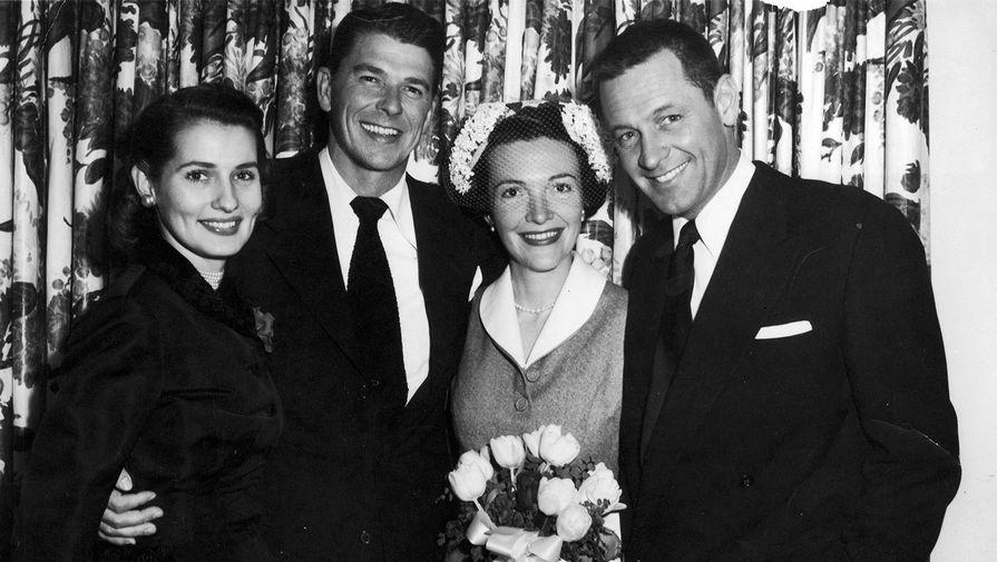 Нэнси Дэвис, вторая жена Рейгана, была приемной дочерью известного в Чикаго нейрохирурга. На фото: Рональд и Нэнси Рейган (в центре) в день свадьбы в 1952 году