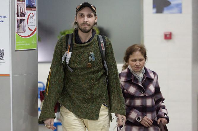 Освобожденный из плена сирийских экстремистов блогер и путешественник Константин Журавлев с матерью Надеждой Журавлевой во время встречи в аэропорту города