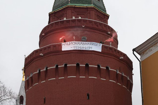 9 марта стало известно, что фотография с баннером оказалась смонтированной, сообщает <a href='http://rtvi.com/news/27804-fotografiya-s-feministkami-na-bashne-kremlya-okazalas-montazhom' target='_blank'><b>RTVi</b></a>. Фотокорреспондент телеканала Алексей Абанин отметил, что не видел прохода кого-то из активисток на Угловую Арсенальную башню. В ФСО также заявили, что «проникновений на охраняемые объекты не было».