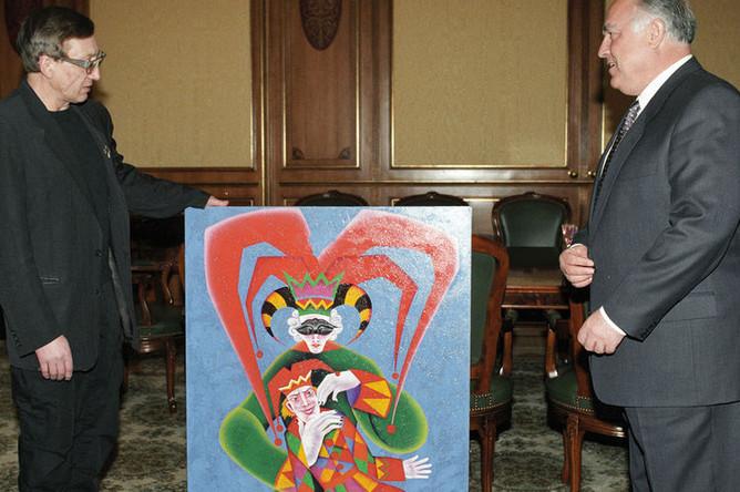 Михаил Шемякин вручает премьер-министру России Виктору Черномырдину свою картину «Нижинский», 1996 год