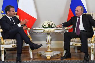 Президент Франции Эмманюэль Макрон и президент России Владимир Путин во время встречи в Константиновском дворце на полях Петербургского международного экономического форума, 24 мая 2018 года