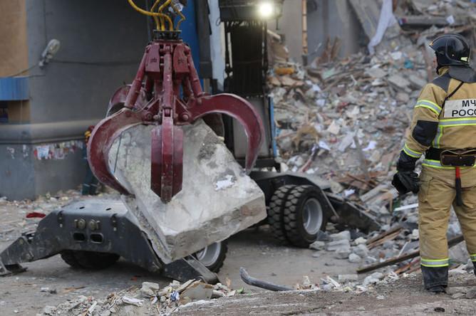 Поисковые работы и разбор завалов сотрудниками МЧС на месте обрушения одного из подъездов жилого дома в Магнитогорске, где произошел взрыв бытового газа, 2 января 2019 года