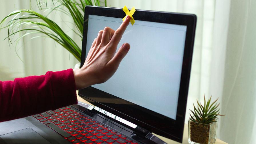 В Роскачестве рекомендовали заклеивать камеру и микрофон ноутбука