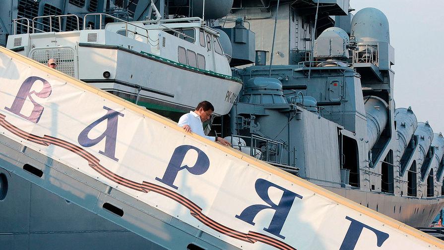 Президент Филиппин Родриго Дутерте спускается с флагмана Тихоокеанского флота ВМФ России «Варяг», пришвартованного в Маниле, 2017 год