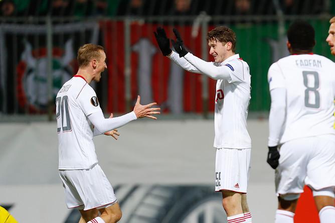 Футболисты московского «Локомотива» Владислав Игнатьев (слева) и Алексей Миранчук (справа)