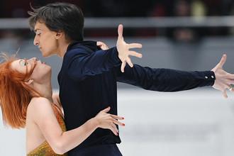 Тиффани Загорски и Джонатан Гурейро выступают в короткой программе танцев на льду на чемпионате России по фигурному катанию в Санкт-Петербурге, 21 декабря 2017 года