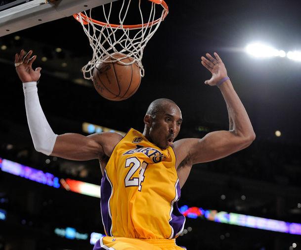 Завершающий атаку прыжок Брайанта как классика современного баскетбола. Всего за свою карьеру баскетболист записал себе в актив 33 643 очка – это четвертое место в списке лучших снайперов НБА. На фото Брайант в 2008 году