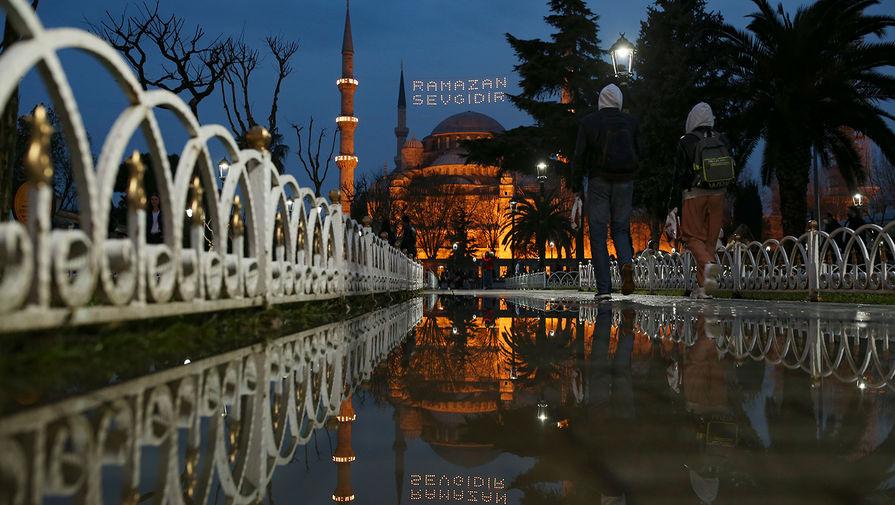 Вид на Мечеть Султанахмет в Стамбуле, апрель 2021 года