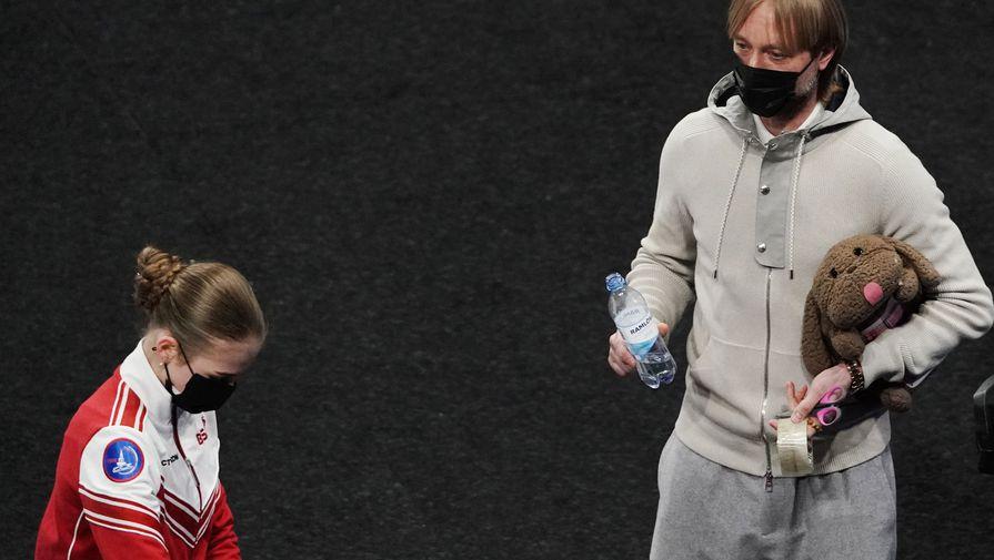 Александра Трусова и Евгений Плющенко во время произвольной программы женского одиночного катания на чемпионате мира по фигурному катанию в Стокгольме.