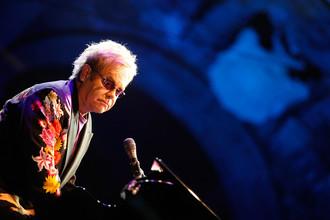 2009 год. Элтон Джон выступает на фестивале «Пьедигротта» в Неаполе