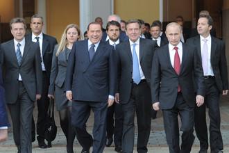 Бывший премьер Италии Сильвио Берлускони, бывший канцлер Германии Герхард Шредер и избранный президент России Владимир Путин (слева направо на первом плане) по окончании церемонии инаугурации в Кремле, 7 мая 2017 года
