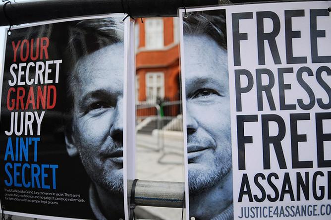 Постеры у посольства Эквадора в Лондоне, 2012 год