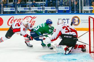 Эпизод матча между «Салаватом Юлаевым» и «Авангардом» в плей-офф КХЛ