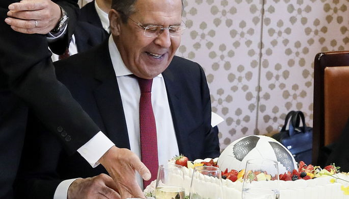 Глава МИД России Сергей Лавров получил в подарок торт в виде футбольного мяча