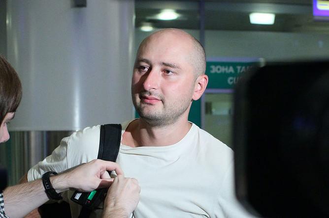 Российский журналист Аркадий Бабченко в аэропорту «Шереметьево» после депортации из Турции, 2013 год