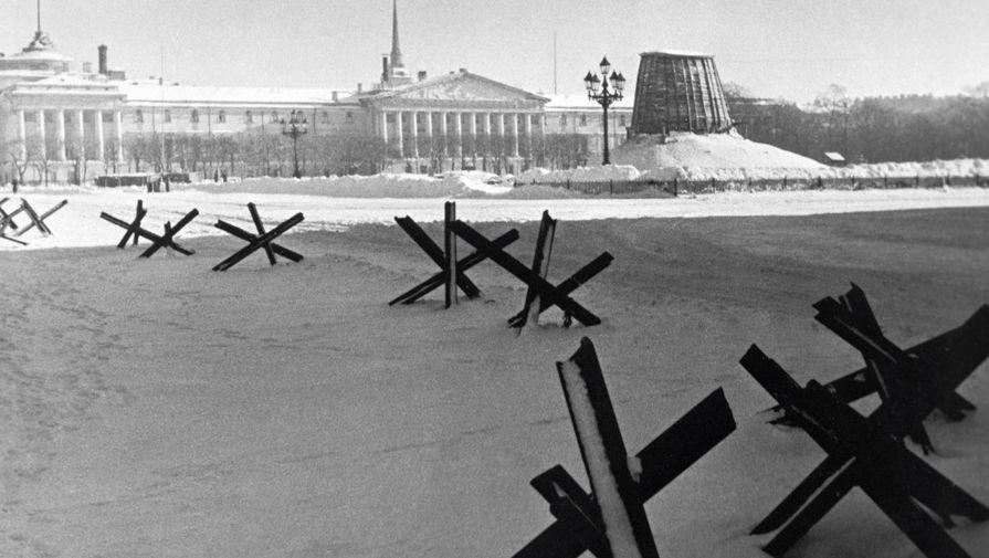 Защитная опалубка для памятника Петру I на Сенатской площади в Ленинграде