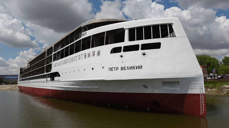 Первый российский круизный лайнер спустили на воду в Астрахани