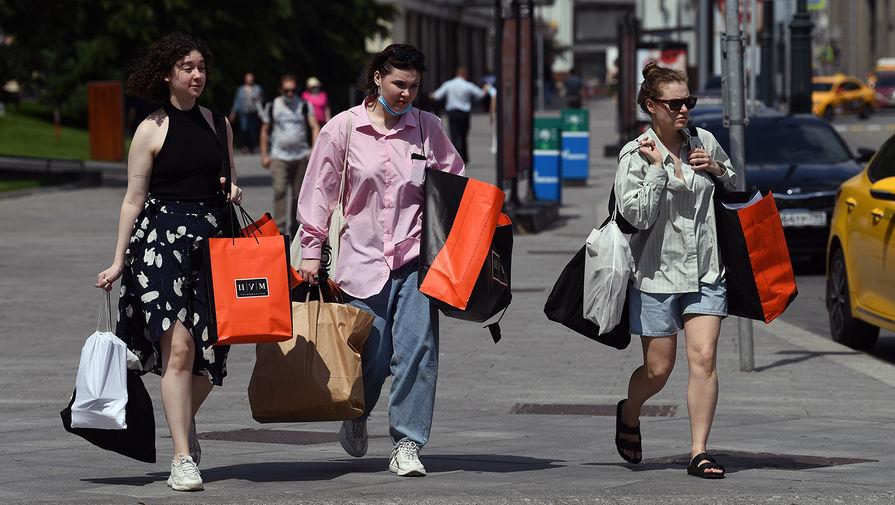 Женщины с покупками из магазина на улице Кузнецкий мост в Москве, 9 июня 2020 года
