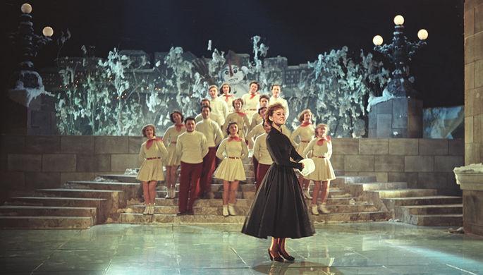 <b>Кадр из фильма «Карнавальная ночь» (1956). </b> Сам Рязанов, хоть и утвердил Гурченко на роль Леночки Крыловой, все-таки считал ее слишком «манерной». Да и Пырьев, изначально обративший внимание на ее задорную походку, позже утверждал, что актриса «чересчур кривляется». Оба смягчились лишь после того, как к «Карнавальной ночи» пришел колоссальный успех. Критиковали и песню «Пять минут», написанную поэтом-песенником Владимиром Лившицем и композитором Анатолием Лепиным. Впервые услышав главный номер фильма, музыканты оркестра Рознера нашли ее старомодной и даже сравнили с немецкими шлягерами 30-х годов. Позже, когда песня стала настоящим хитом, забылось и это. Но тогда от ее бешеной популярности начала уже страдать Гурченко – ей приходилось петь «Пять минут» по несколько раз в день, на самых разных концертных площадках столицы.
