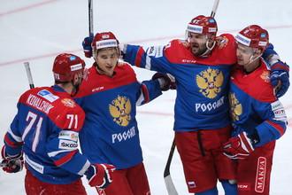 Хоккеисты сборной России радуются заброшенной шайбе в проигранном матче с чехами