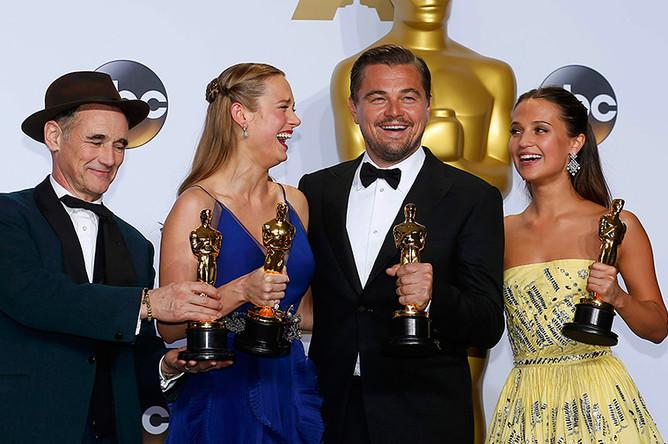Марк Райлэнс, Бри Ларсон, Леонардо ДиКаприо и Алисия Викандер со своими статуэтками после 88-й церемонии награждения лауреатов «Оскара»