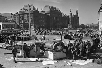 Сбитый немецкий бомбардировщик Ю-88