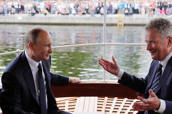 Президент России Владимир Путин и президент Финляндии Саули Ниинистё во время прогулки по озеру Пихлаявеси, 27 июля 2017 года