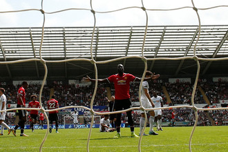 Ромелу Лукаку празднует второй гол в ворота «Суонси»