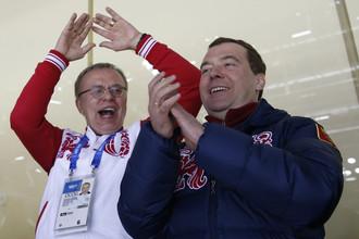Премьер-министр России Дмитрий Медведев (справа) и легендарный хоккеист Вячеслав Фетисов
