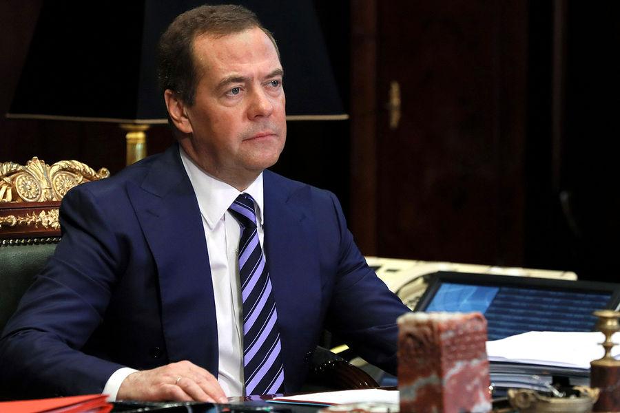 Медведев назвал «СЂРёС'уальными танцами» возможные санкции проти⠫Северного потока — 2»