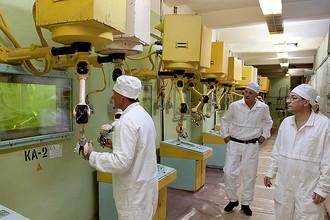 Операторы, управляющие манипуляторами в отделе по работе с плутонием на ПО «Маяк», 2011 год
