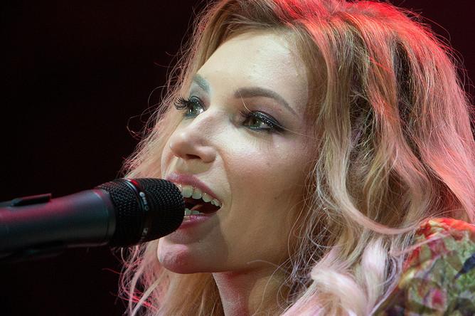 Певица Юлия Самойлова выступает на концерте, посвященном празднованию Дня Победы, на площади Нахимова в Севастополе